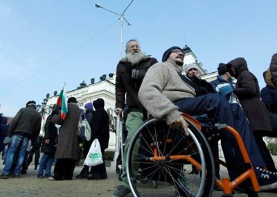 Инвалидите по-рядко ще се явяват лично за документи.