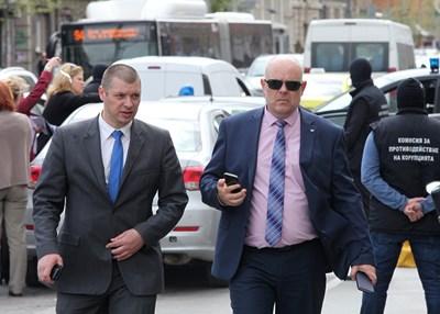 Иван Гешев на акцията по задържането на Десислава Иванчева. До него е тогавашният зам.-шеф на антикорупционната комисия Антон Славчев, който сега е временен председател на институцията.