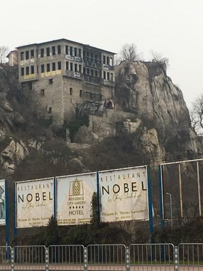 В средната част на сградата вече е монтирано скеле от основите до покрива. Снимка: 24 часа