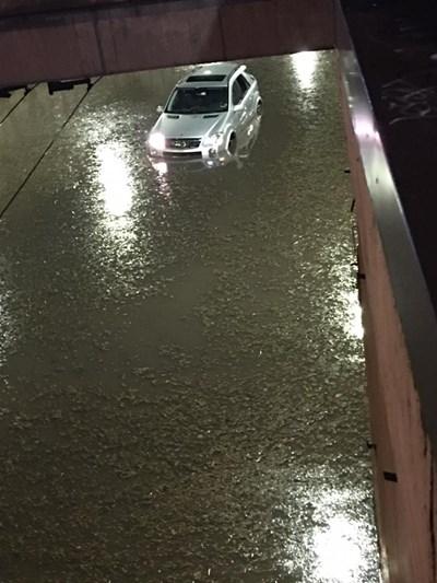 Транспортният тунел на НДК стана река за минути след поройния дъжд, който се изсипа над София в понеделник вечерта.  СНИМКА: КРАСИМИР КОСТОВ