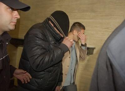 Виктор Боцев (вдясно) влиза в затвора за 7 години.