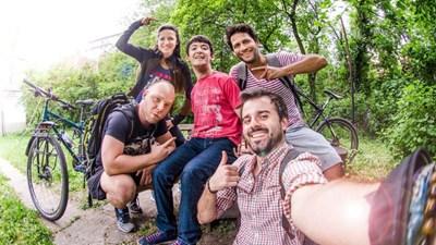 Александър, Иван, Петър, Недялко и Кремена (от дясно на ляво) са група ентустиасти, които започват кауза в подкрепа на хората с физически затруднения. СНИМКА: Личен архив