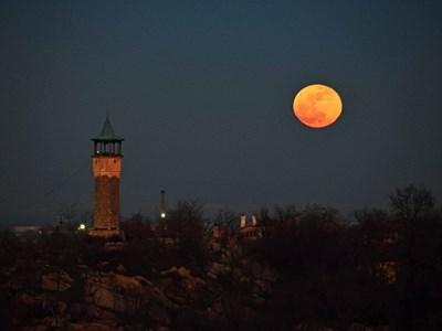 Супер Луната изгрява над Часовниковата кула на Дановия хълм. Снимка: Руслан Йорданов