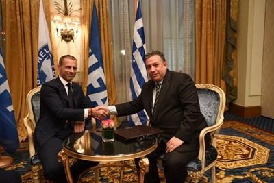 Президентът на УЕФА Александър Чеферин и вицепрезидентът на Международната асоциация на спортните журналисти Янис Дарас в Атина. Босът на европейския футбол призова в интервю да няма паника заради коронавируса.