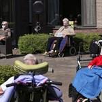 Възрастни от старчески дом в Белгия си почиват на слънце в градината. Те са сред най-уязвимите от пандемията.