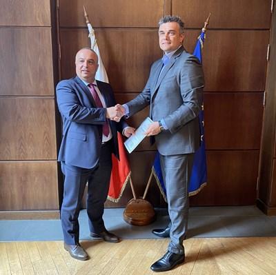 Александър Димитров - главен изпълнителен директор на А1 България (вдясно), получи лиценза от председателя на КРС Иван Димитров