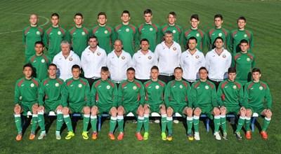 Разширеният състав на националния отбор на България до 17 г. позира за официална снимка преди старта на Евро 2015. СНИМКА: LAP.BG