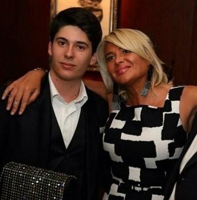 Вълчо Арабаджиев с майка си Маринела.