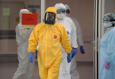 Владимир Путин в защитен костюм на посещение в болница за заразени с КОВИД-19 край Москва