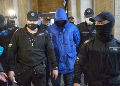 Кристиан Николов пристига на първото заседание по делото под охрана.