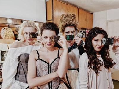 """Красивите актриси на театър """"София"""" са рекламни лица на """"депозитни карти"""" за билети"""