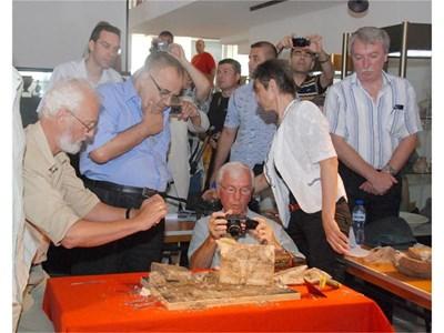 Министър Божидар Димитров се е надвесил над проф. Попконстантинов при отварянето на реликвария. СНИМКИ: ЕЛЕНА ФОТЕВА