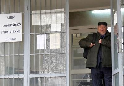 Полицейското управление в измисленото село Извор в сериала всъщност е в истинската сграда на полицията в Банкя. Любо Нейков в ролята на Рангел Чеканов работи с екипа там преди дни.  СНИМКИ: ПИЕР ПЕТРОВ