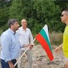 Служителите на НСО опитват да изгонят Христо Иванов от плажа. Стоп кадърът е от живо предаване на политика във фейсбук.