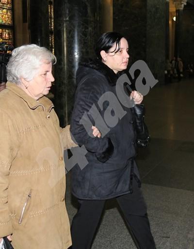 Подсъдимата акушерка Емилия Ковачева (вдясно) заедно с майка си СНИМКА: 24 часа