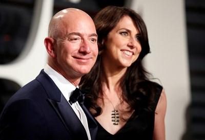 Джеф Безос и съпругата му Маккензи през 2017 г. СНИМКА: Ройтерс