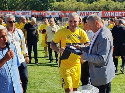 Петър Зехтински връчи плакет на Стоичков от името на кмета Здравко Димитров.