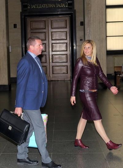Осъдената Люба Петрова в компанията на адвоката си Менко Менков СНИМКА: Пиер Петров