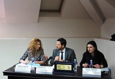 Зам.-министърът на регионалното развитие Деница Николова и областният управител на София-град Николай Пехливанов обсъждат новото райониране.