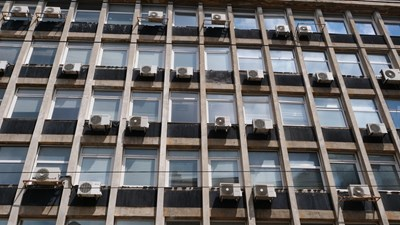 """Сграда на ул. """"Раковски"""" в идеалния център на София е накичена с десетки климатици. СНИМКА: Йордан Симеонов, Николай Литов"""