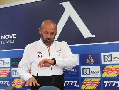 """Треньорът на """"Ружомберок"""" Ян Хаспра идва за официалната си пресконференция на """"Герена"""". СНИМКА: SPORTAL.BG"""