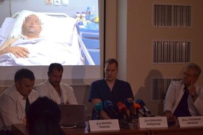 Божидар се възстановява след интервенцията. Под кадъра от болничната стая д-р Марин Пенков, д-р Емануил Найденов, доц. Станимир Сираков и доц. Васил Каракостов (от ляво на дясно) разказват как са планирали и осъществили сложната операция. СНИМКА: Любомира Николаева