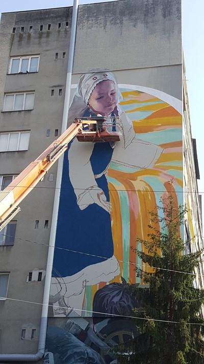 Художникът Станислав Тодоров-Насимо и неговият екип сътвориха монументалната си живопис в Търговище за една седмица.  СНИМКА: АНЕТА МИЛЕВА