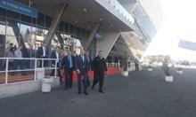 """Две агитки """"за"""" и """"против"""" посрещнаха президента Радев в Бургас (Видео, снимки)"""