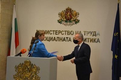 Деница Сачева предаде на Гълъб Донев папка с информация за всички обществени поръчки в министерството. СНИМКИ: МИНИСТЕРСТВО НА ТРУДА И СОЦИАЛНАТА ПОЛИТИКА
