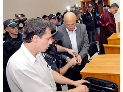 """Цар Киро с адвоката си Даниел Ангелов (с бялата риза) при първото явяване на Кирил Рашков в съда на 30 септември.  СНИМКА: """"24 ЧАСА"""""""
