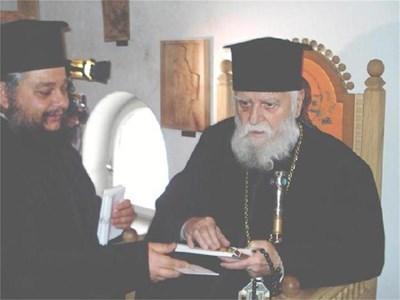 Подпомаган от ръкоположения от него епископ Киприян, врачанският митрополит Калиник поиска прошка за агентурното си минало. СНИМКА: АВТОРЪТ