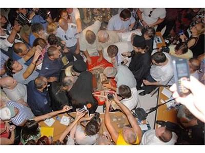 Десетки учени, депутати, музейни специалисти и журналисти наблюдаваха отварянето на реликвария.