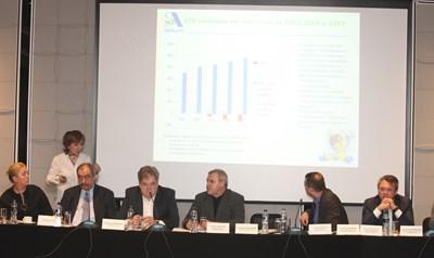 """Участници в дискусията """"Фармацията - между иновативни и генерични лекарства"""" слушат презентация на Зоя Паунова, председател на Асоциацията на научноизследователските фармацевтични производители, за иновативните лекарства СНИМКА: Николай Литов"""