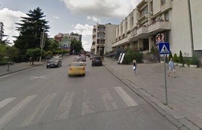 Mомчето е пресичало на пешеходната пътека малко преди сградата на Община Велико Търново, когато е блъснато от преминаващ джип. Снимка: Google steet view