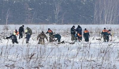 Загинал екстрасенс имал видение - милиционери търсят нещо в полето. Снимката е от мястото на трагедията. СНИМКА: РОЙТЕРС