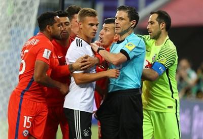 Милорад Мажич се опитва да спаси Йошуа Кимих от налитащите за обяснение чилийци във финала на турнира за купата на конфедерациите, спечелен от Германия с 1:0 в Санкт Петербург. СНИМКА: РОЙТЕРС