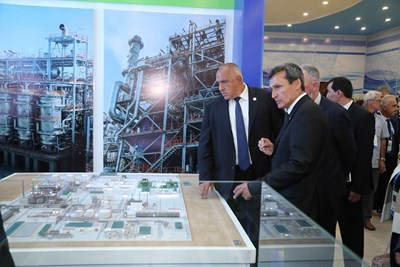 Премиерът Бойко Борисов разглежда Международната каспийска изложба за иновативни технологии в град Туркменбаши.
