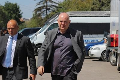 Главният секретар на МВР Ивайло Иванов (вляво) и зам.главният прокурор Иван Гешев пристигнаха в квартала, докато течеше операцията по залавянето на лихварите.  СНИМКИ: РУМЯНА ТОНЕВА