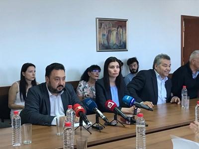 Светослав Костов (вляво) говори пред СЕМ. СНИМКА: Цветелина Шенева