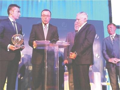 Петър Стоянов обявява награждаването на Уесли Кларк (до него вдясно). Стамен Станчев държи статуетката за връчване. СНИМКИ: АВТОРЪТ