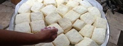 Полутвърдото бяло сирене халуми е най-типичният представител на автентичната кипърска кухня, вкусът и ароматът на Кипър от векове