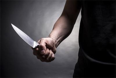 Мъж прободе с нож в гърба 64-годишна пред дома й, наръга и съседа й