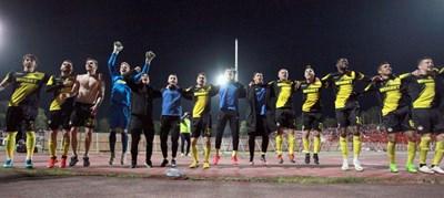 Футболистите на пловдивчани поздравяват верните си привърженици след равенството с ЦСКА в София, което прати тима на финал за купата.