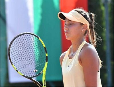 Шампионка по тенис също тренира у дома (Видео)