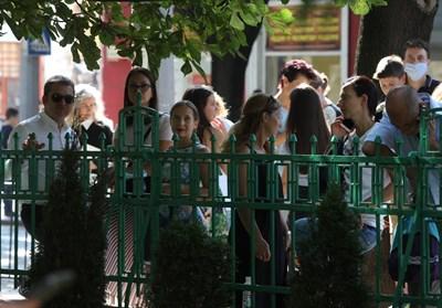 Родителите изпратиха учениците си в първия учебен ден зад оградите на училищата.  СНИМКА: НИКОЛАЙ ЛИТОВ