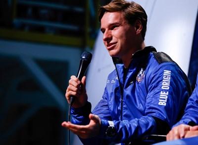 Нидерландският тийнейджър изненадал милиардера Джеф Безос по време на полета. Снимки РОЙТЕРС