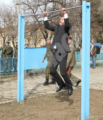 """Президентът изненадващо се набра на висилка в бригада """"Специални сили"""" Снимки: Евгени Цветков СНИМКА: 24 часа"""