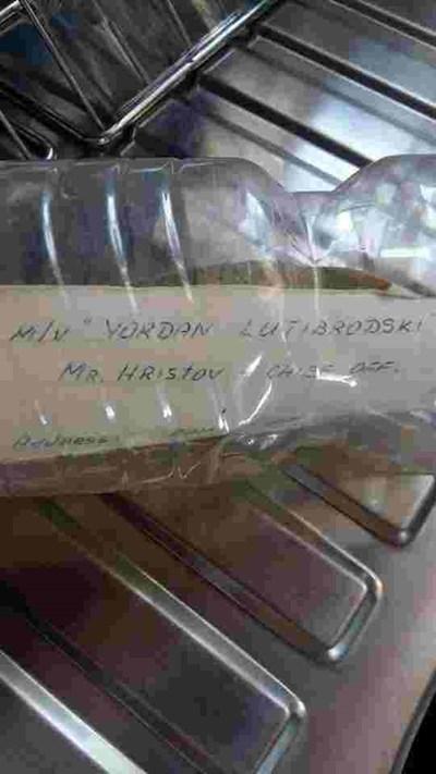 На писмото ясно е изписано името на кораба, от който е пуснато, както и това на българския капитан Христов.