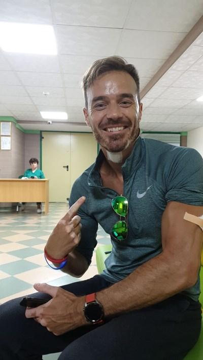 В болницата в Пловдив залепват раната на врата на Ники, а в ръката му бият ваксина срещу тетанус.