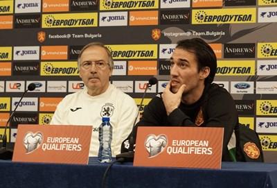 Георги Дерменджиев и Ивелин Попов на пресконференцията преди мача с Чехия, на която капитанът обяви, че предстоящата евроквалификация ще е последният му мач за България. СНИМКА: ДЕСИСЛАВА КУЛЕЛИЕВА